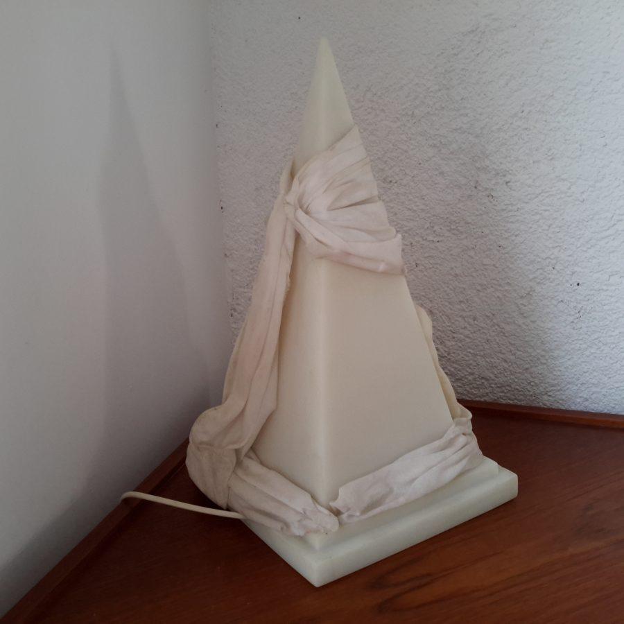 lampe-ephebe-pyramide-en-resine-2