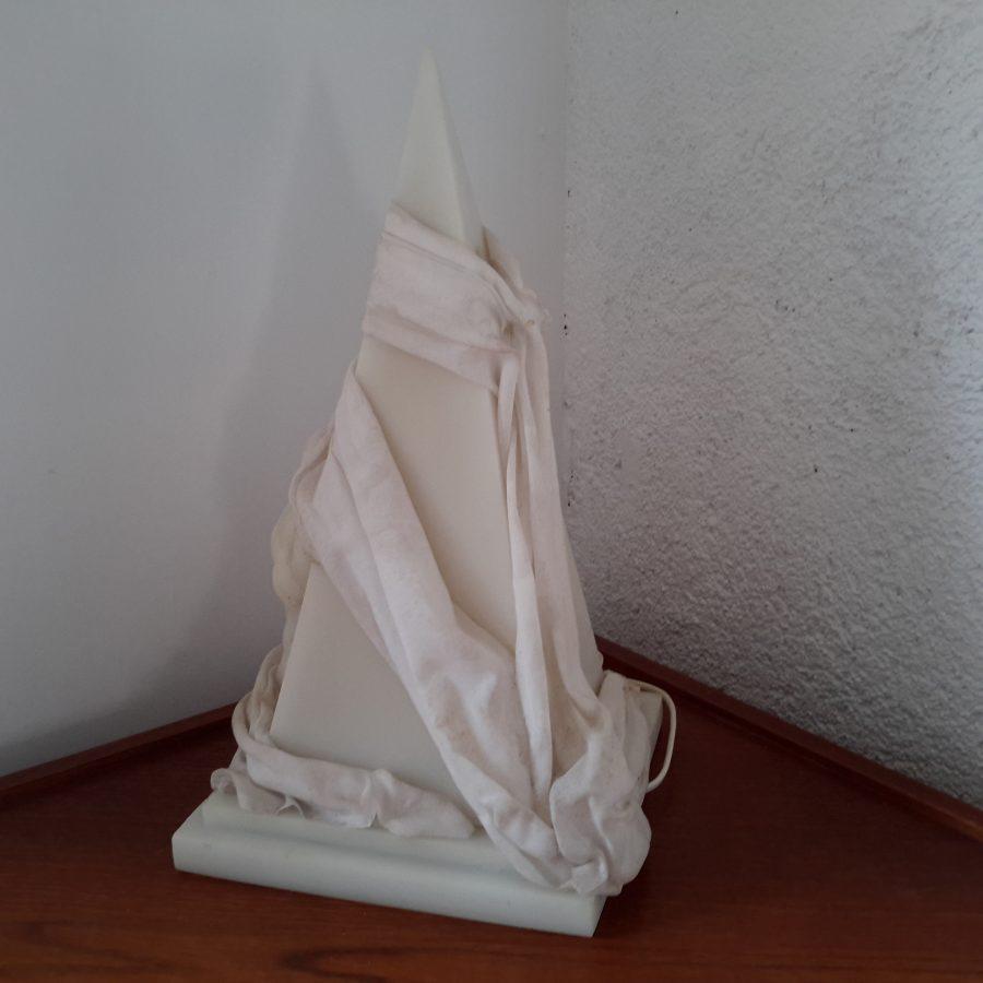 lampe-ephebe-pyramide-en-resine-3
