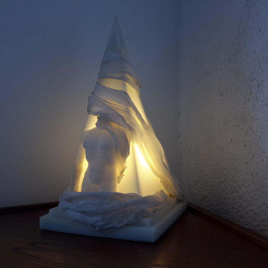 lampe-ephebe-pyramide-en-resine-4