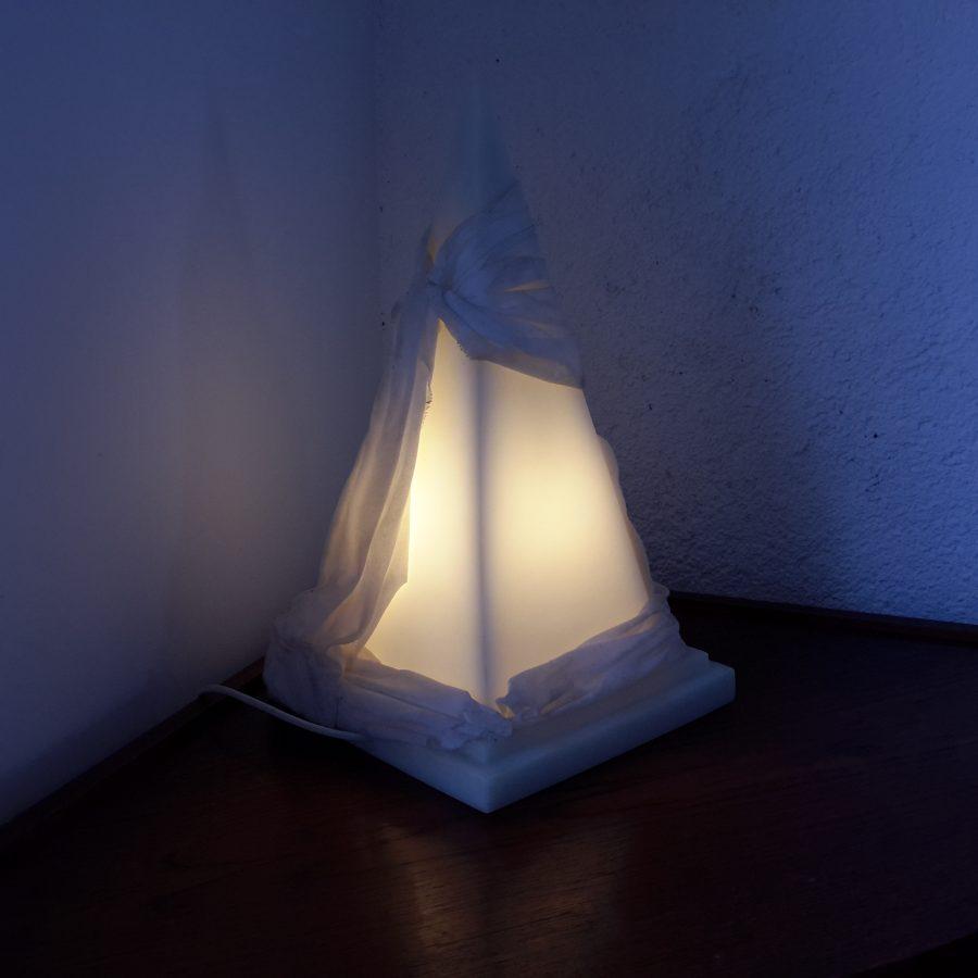 lampe-ephebe-pyramide-en-resine-5