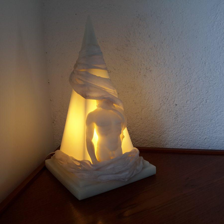 Lampe éphèbe pyramide en résine