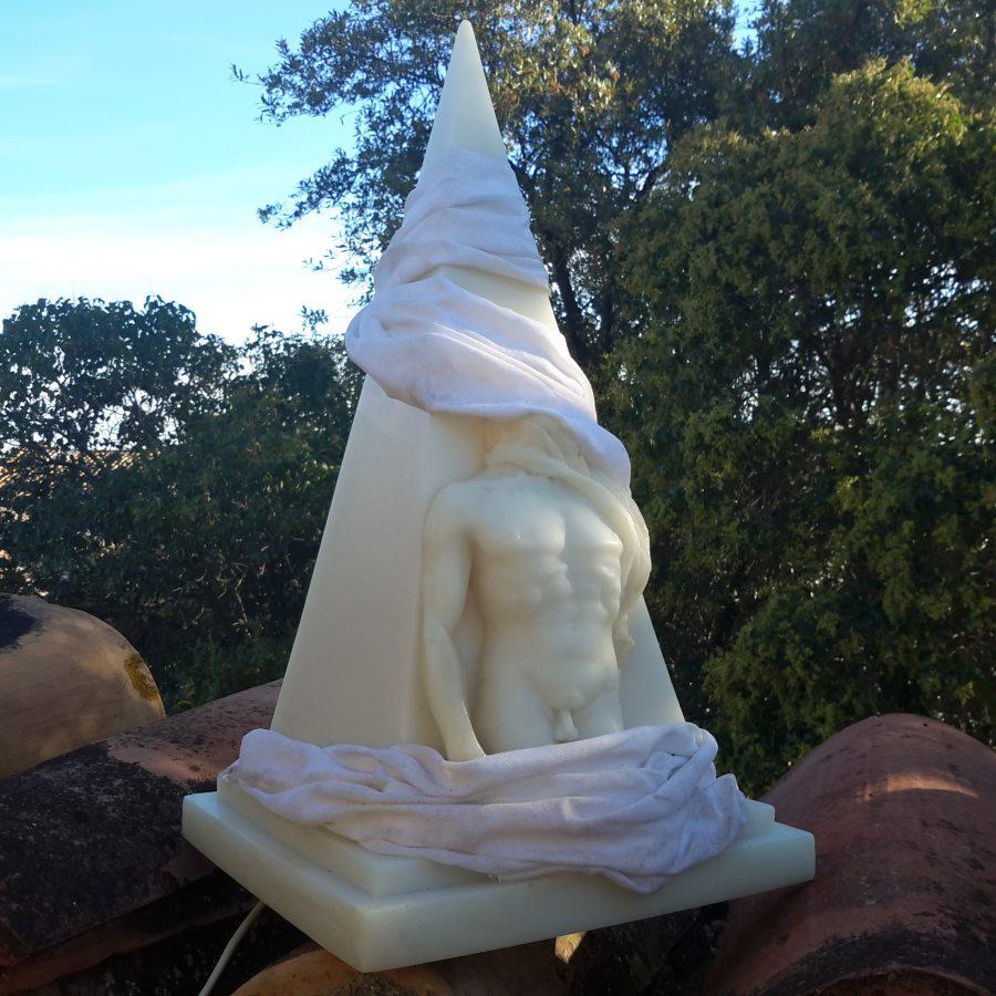 lampe-ephebe-pyramide-en-resine-8
