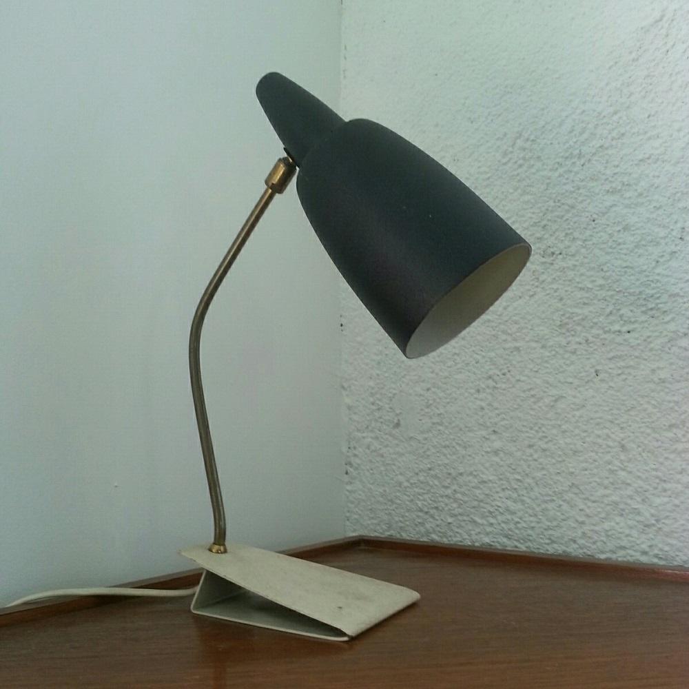 lampe-à-rotule-sur-socle-blanc