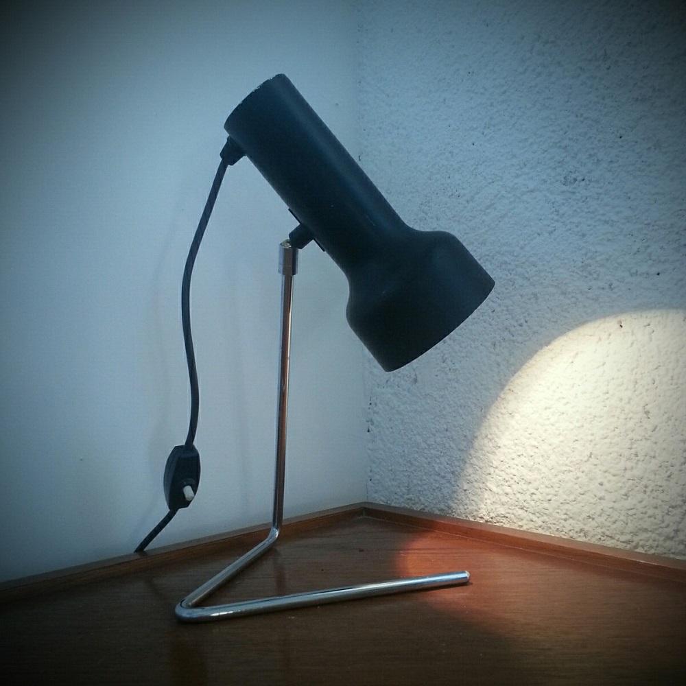 lampe-à-piétement-en-zig-zag