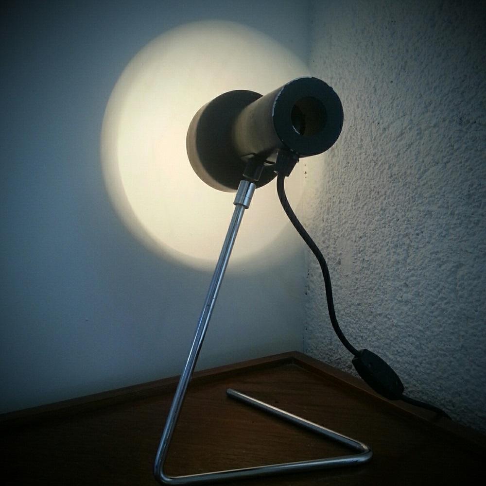 Lampe à piétement en zig zag