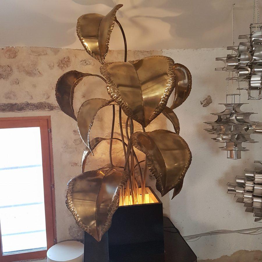 grande-lampe-fleur-en-métal-doré